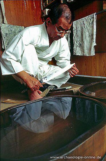 Herr Sasaki beim Prüfen der merowingerzeitlichen Klinge