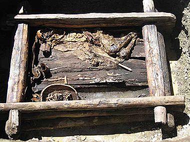 Olon-Kurin-Gol 10, Kurgan 1: Grab mit skythenzeitlicher Kriegermumie (Endzustand vor Beginn der Objektbergung). (Foto: DAI Berlin)
