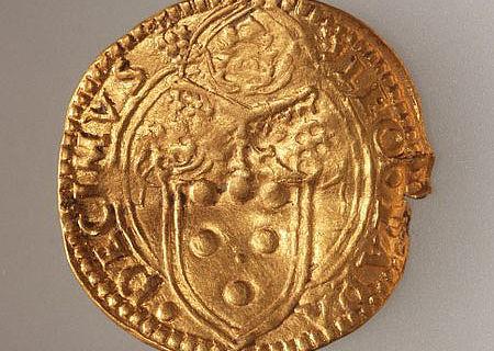 Goldmünze aus Zug: Münzherr Papst Leo X. mit seinem Namen und Wappen. Quelle: Kantonsarchäologie Zug