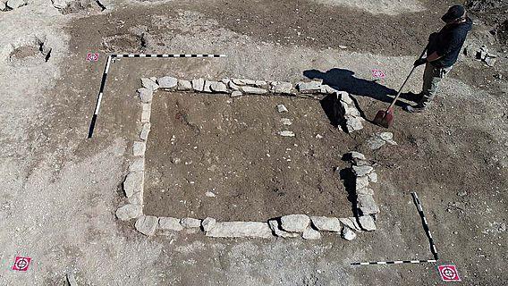 Von dem Kellerfundament des Gebäudes blieben nur wenige Steinlagen durch den fortwährenden Ackerbau erhalten
