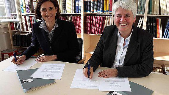 v.l.: Sabine Ladstätter (Leiterin ÖAI) und Friederike Fless (Präsidentin DAI) bei der Vertragsunterzeichnung (Foto: DAI)