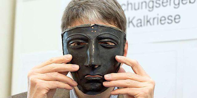 Das wohl bekannteste Fundstück aus Kalkriese: die eiserne Helmmaske (Foto: Pressestelle Universität Osnabrück)