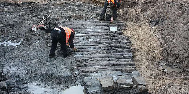 """Erst kürzlich entdeckt: Der sogenannte """"Knüppeldamm"""", den die Lippstädter im 18. Jh. bauten, um die Stadt trockenen Fußes verlassen zu können (Foto: LWL/S. Eismann)"""