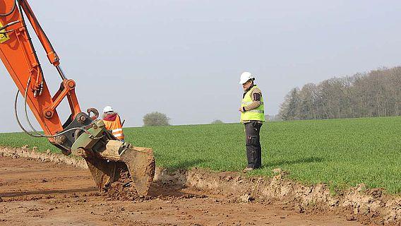 Beobachtung des Oberbodenabzuges während der Bauarbeiten entlang der Trasse