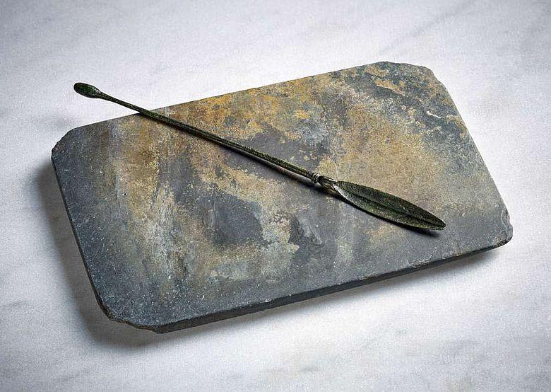 Schminkpalette aus Schiefer mit bronzenem Spatel aus dem Sarkophag von Zülpich