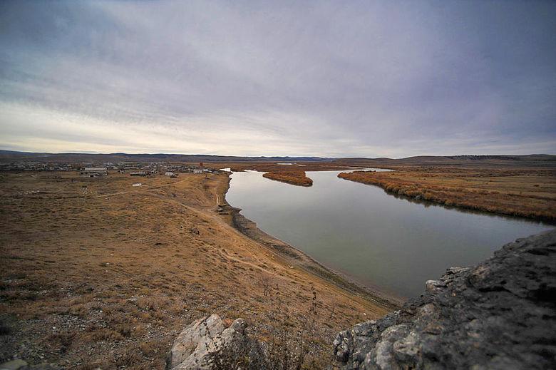 Blick auf den Selenga-Fluss in der Nähe der archäologischen Stätte Ust-Kyakhta-3
