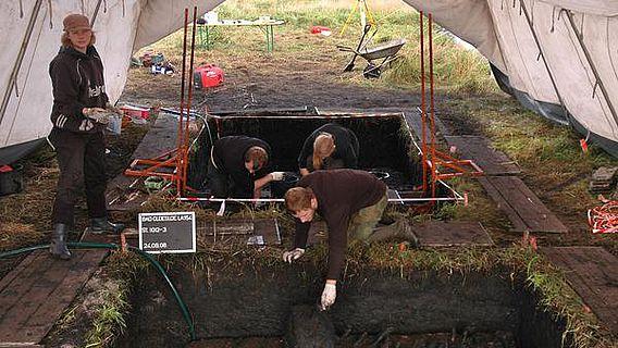 Kieler Studenten sichern bei einer Lehrgrabung bei Bad Oldesloe ihre Funde