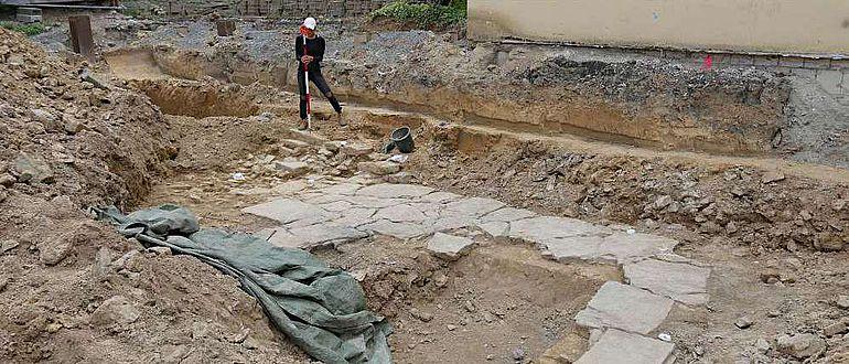 Das neuzeitliche Kellerfundament wird von den Archäologen genauestens vermessen.