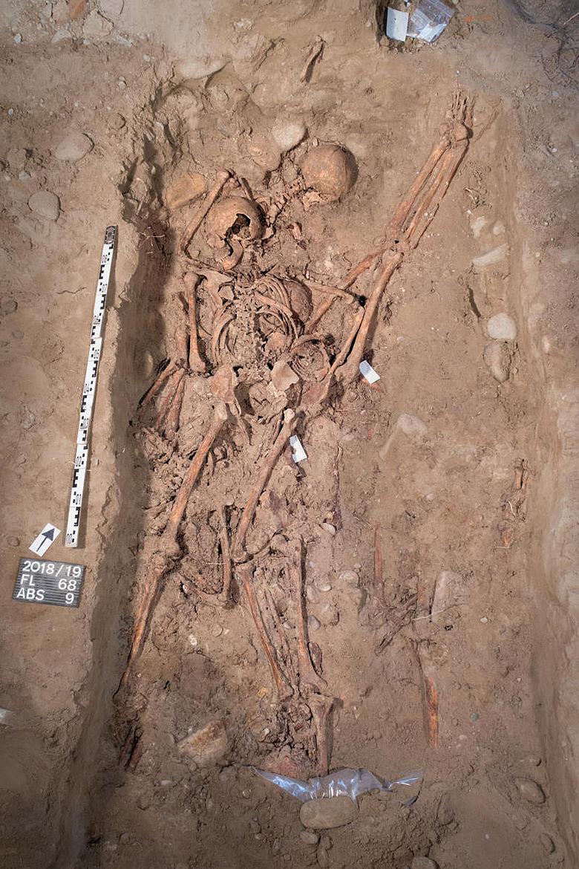 Skelette im Massengrab