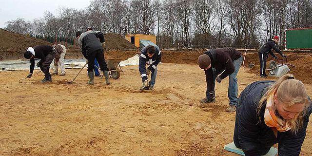 Das Team der Grabungshelfer bereitet die Fläche des Halterner Hauptlagers für die Ausgrabung vor. Vor allem die Holz-Erde-Mauer und die Gräben werden im Fokus der Untersuchungen stehen. (Foto: LWL/Burgemeister)