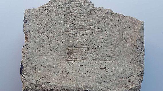 Fragment eines Lehmziegels mit gestempelter Gedenkinschrift des Königs Amar-Suena in sumerischer Sprache