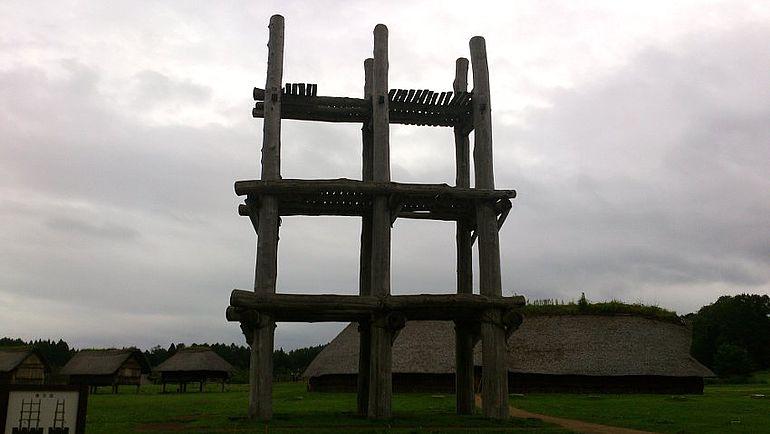 Abb. 3| Rekonstruktion eines großformatigen Grubenhauses und Holzbaues aus der Sannaimaruyama-Fundstelle, Foto: M. Furusaki