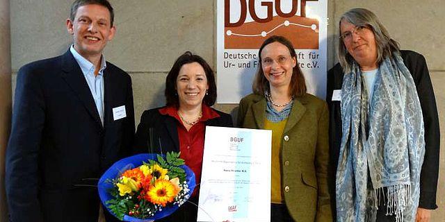 von links: Rengert Elburg, Vorsitzender der DGUF; die Preisträgerin Reena Perschke M.A.; Prof. Dr. Carola Metzner-Nebelsick, akademische Betreuerin der Dissertation; die Laudatorin Prof. Dr. Uta Halle (Foto: DGUF / J. Lamowski)