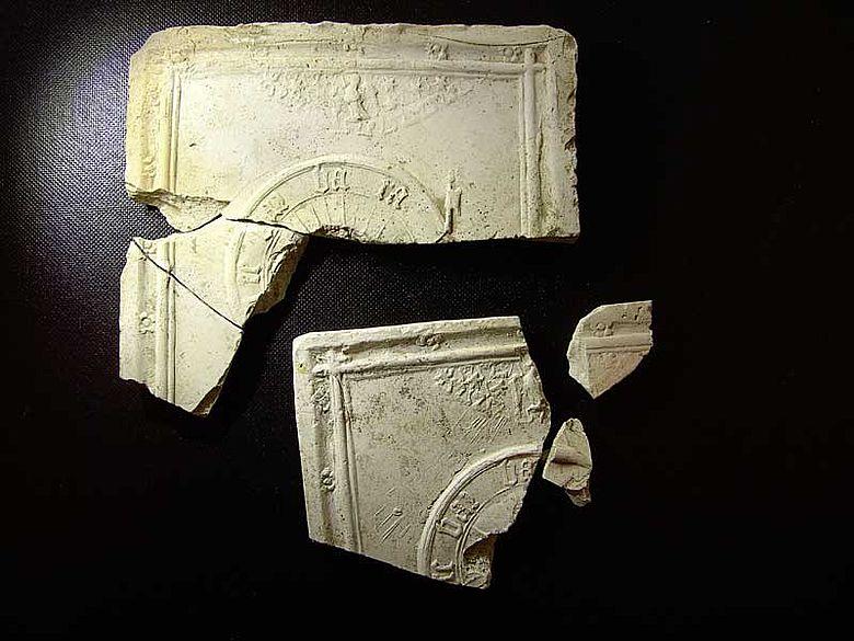 """Der Buchstabe """"a"""" auf den Fragmenten der Heiligenreliefs ist identisch, was Nutzung beweglicher Buchstaben hindeutet (Foto: Gerald Volker Grimm/Uni Bonn)"""