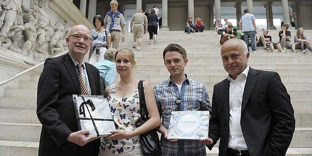 Die 1.000.000sten Besucher, Annika Rogalla und Nico Schäfers, vor dem Pergamonaltar mit Andreas Scholl, Direktor der Antikensammlung, und Yadgar Asisi