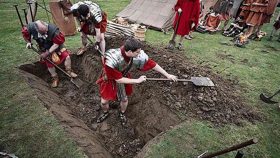 Auf der Römerbaustelle Aliso des LWL zeigten erst kürzlich einige Reenactor, wie Wall und Graben eines römischen Marschlagers angelegt wurde