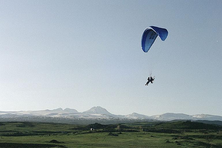 Abb. 3 Während der Luftbildprospektion mit dem Paramotor. (Foto R. Palmer)