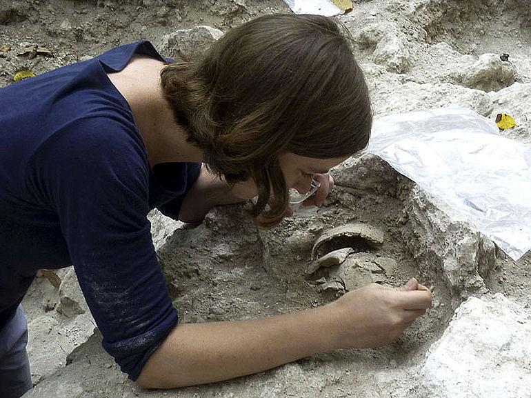 Ein erster Schädelfund bei den Ausgrabungen in Uxul. Die belgische Studentin Céline Tamignaux sucht vorsichtig nach weiteren Teilen des Schädels ohne Skelett. Menschliche Knochen werden in den sauren Böden extrem schlecht konserviert (Foto: Ewald Graf)