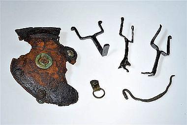 Helmteile (u.a. Wangenklappe und Helmbuschhalter) aus Eisen und Bronze (Foto: H. Pentermann, Osnabrück, für Varusschlacht im Osnabrücker Land, Museum und Park Kalkriese)