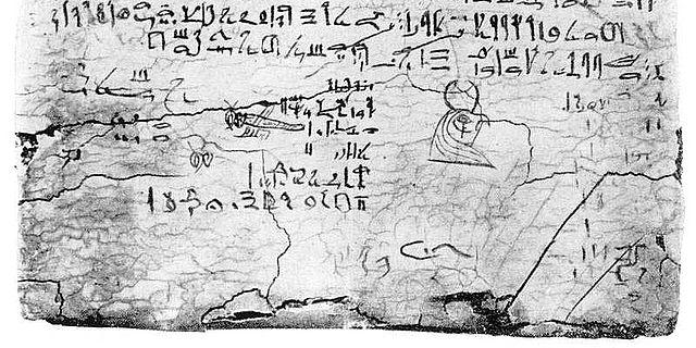 Die Schreibtafel enthält eine hieratische Abschrift des Nilhymnus sowie einige Zeichnungen und Notizen. (Hellmut Brunner, Altägyptische Erziehung, Wiesbaden 1957, Tf. 3)