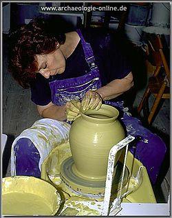 Herstellung von Schmelzgefäßen in der Töpferwerkstatt
