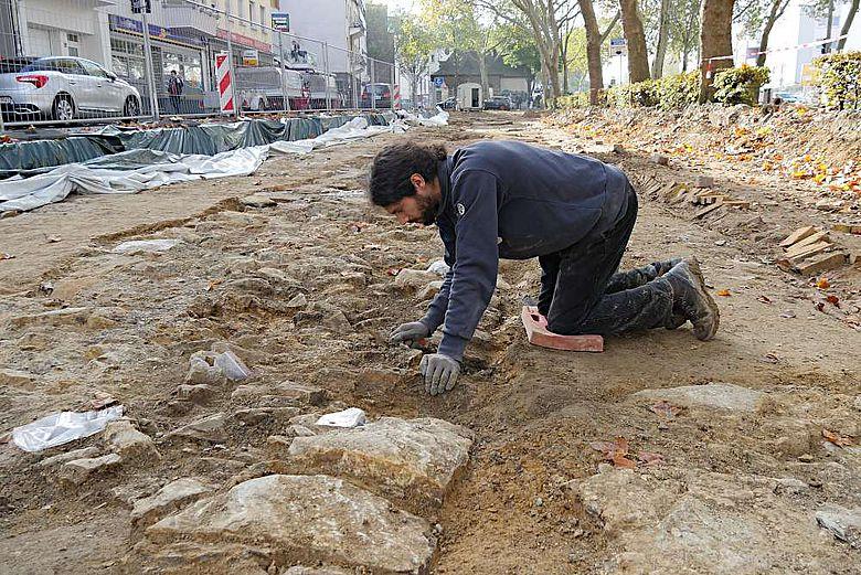 Bevor die Steine der Stadtmauer fotografisch dokumentiert werden, müssen sie sauber freigelegt sein