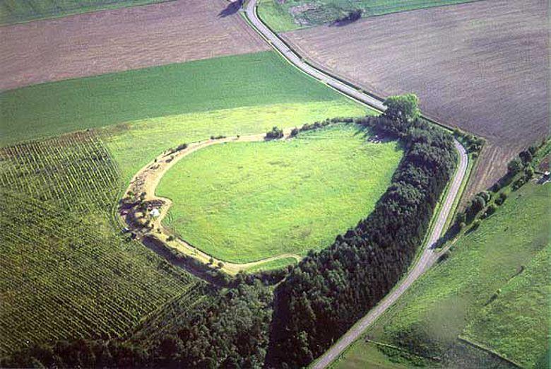 Hünenburg mit Außensiedlung von Nordwesten. Die Außensiedlung befindet sich südlich der Befestigung.