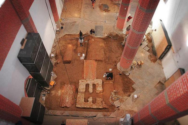 Blick ins Langhaus mit freigelegten Grüften und Fundament der Tumba