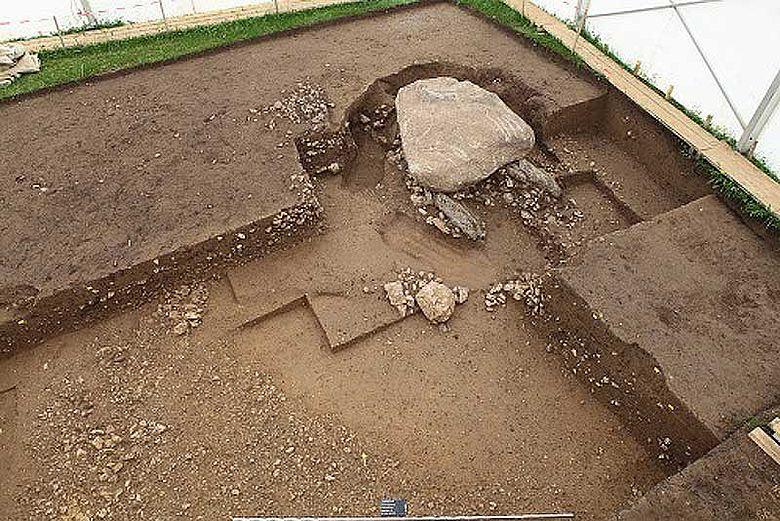 Der Dolmen während der Ausgrabung: Zuerst müssen die Schichten im Umfeld abgetragen werden, um zu verstehen, wie die Anlage aufgebaut ist © ADB