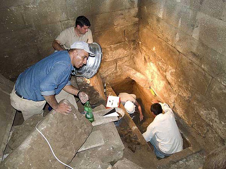 Freilegung des Sarkophags in der Grabkammer (Photo F. Pirson; Archiv der Pergamongrabung des DAI)