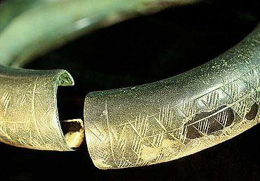 Bronzener Halsring, der auf einer Opfergrube niedergelegt wurde, Schnippenburg, 3. Jh. v.Chr. (Foto: Axel Hartmann)