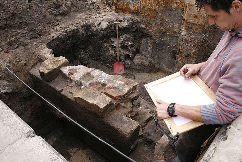 Wahrscheinlich sind noch mehrere hundert Meter der repräsentativen mittelalterlichen Stadtmauer Rheines erhalten - Archäologen des LWL legten im Sommer diesen Jahres einen Teil davon frei. (Foto: LWL /R. Klostermann)