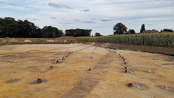 Die mit Holzklötzen markierten Standorte der Pfosten verdeutlichen den schiffsförmigen Hausgrundriss des 9./10. Jahrhundert