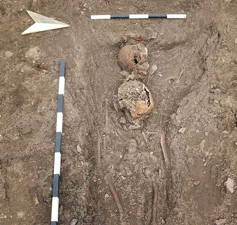 Bestattung mit zwei Schädeln