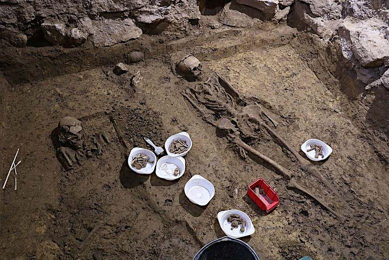 Die Bestattungen liegen dicht an dicht im Gebäudeinnern