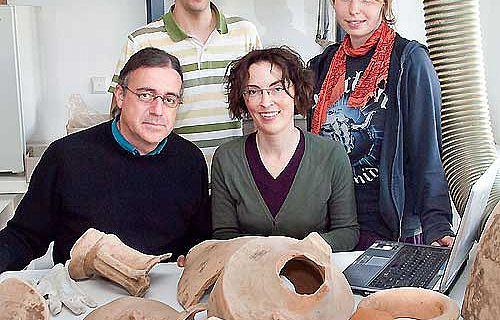 Das internatonale Forschungsteam, das im Auftag der LWL-Archäologie für Westfalen mehr als 2000 römische Amphoren untersucht v.l.n.r.: Dr. Patrick Monsieur, Horacio Gonzalez, Dr. Bettina Tremmel (LWL-Archäologie für Westfalen), Lisa Franzke (Foto: LWL/S. Brentführer)