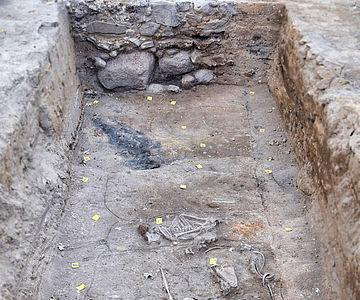 Fundament und Friedhof