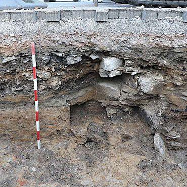 Bei einer Baubegleitung von Leitungstrassen stießen Archäologen vermutlich auf Mauerreste des ehemaligen Rathauses