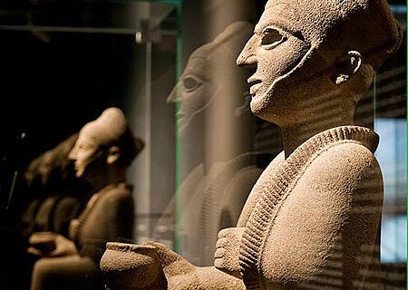 Königsfiguren aus der Vorkammer der Gruft in Qatna