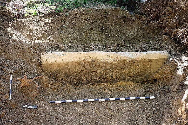 Freigelegter Obelisk