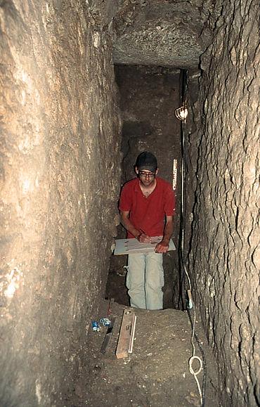 Student Tobias Esch bei archäologischen Arbeiten im unterirdischen Kanalsystem von Alexandria Troas. (Photo: Uni Münster)