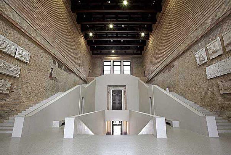 Treppenhalle mit historischen Gipsabdrücken (© Staatliche Museen zu Berlin, Foto: Achim Kleuker)