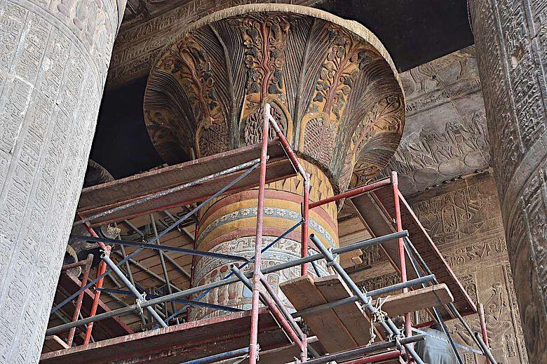 Ein bereits restauriertes Säulenkapitell zeigt die florale Verzierung in Farbe