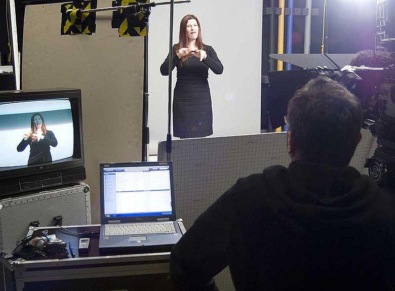 Die Filmaufnahmen mit der Gebärdensprachdolmetscherin Alexandra Lorenz übernahm das LWL-Medienzentrum für Westfalen. (Foto: LWL/ Nantke Naumann)