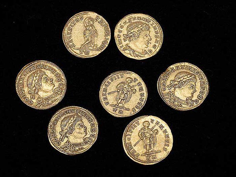 Sieben der neun centgroßen Goldmünzen aus Hiddenhausen. (Foto: LWL/S. Brentführer)