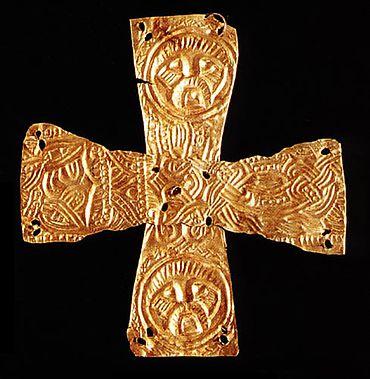 Zweiteilig gearbeitetes Goldblattkreuz mit Tierstildekor und Maskenmedaillons