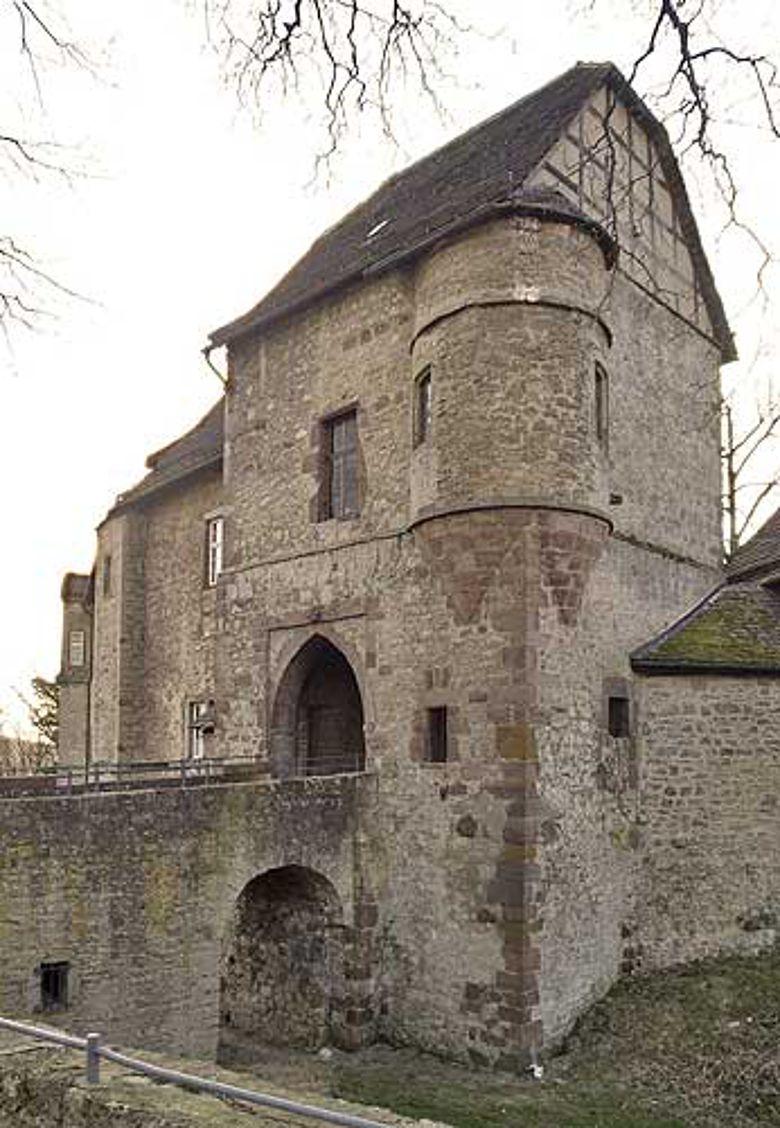 """Das Torhaus der Burg Dringenberg, in der das mittelalterliche """"Verbotsschild"""" entdeckt wurde. (Foto: LWL)"""