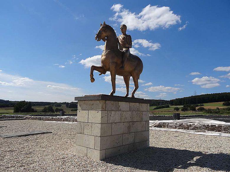 Modernes Reiterstandbild in Waldgirmes
