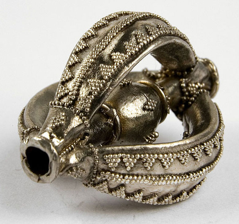 Silberperle vom Typ Wolhyn. Silberkügelchen verzieren die raffinierten Perlen. (Foto: LWL/Soful)