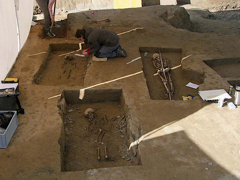 Ausgrabung in Vöhringen mit drei freigelegten Bestattungen